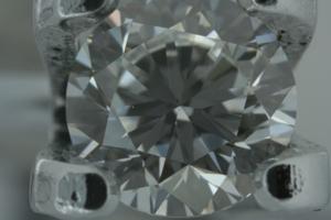 d175d7fc89e1 Маленькое светлое включение под площадкой этого бриллианта массой 0,31 ct,  слева от центра, определяет 5 группу чистоты по ТУ, или группу VS1 по ...